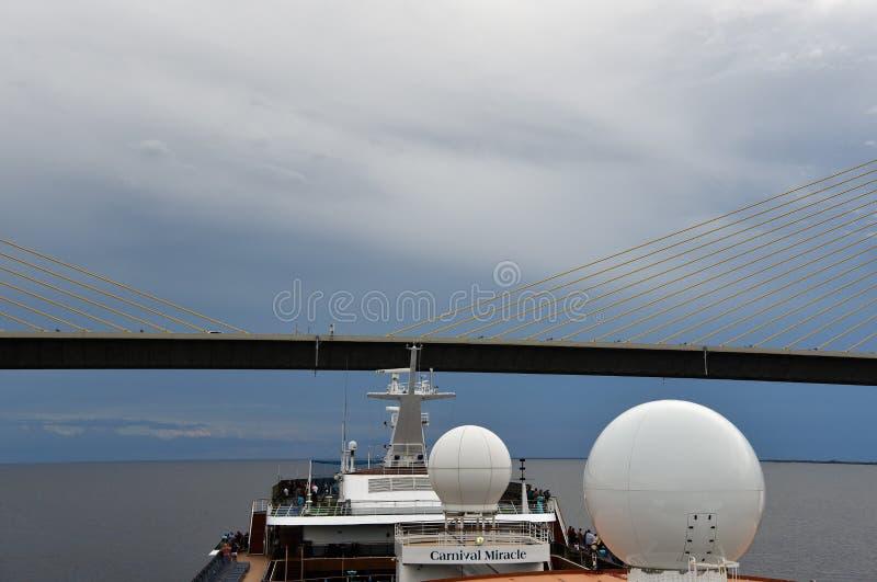 Туристическое судно масленицы идет под мост стоковое фото