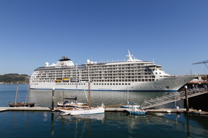 Туристическое судно мира состыкованное в гавани Фолмута стоковые фотографии rf
