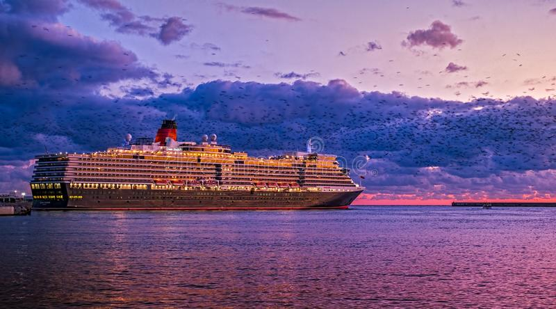 Туристическое судно на заходе солнца стоковые фото