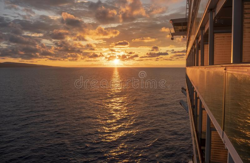 Туристическое судно на море с установкой солнца стоковая фотография rf