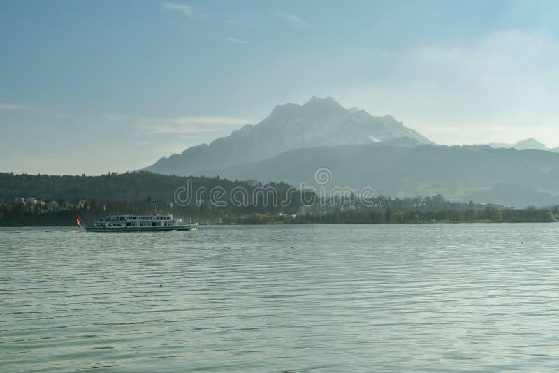 Туристическое судно на озере Люцерне с величественным держателем Pilatus в предпосылке стоковые фото