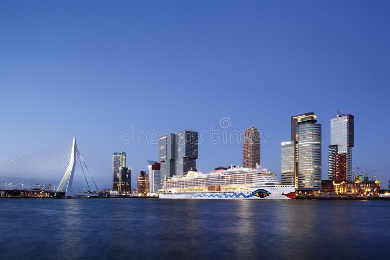Туристическое судно Aida Perla причалило в Роттердаме на сумраке стоковые изображения