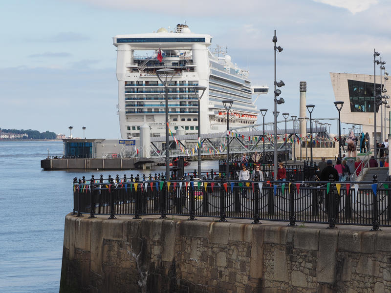 Туристическое судно в Ливерпуле стоковое фото