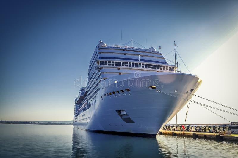 Туристическое судно в порте стоковое фото