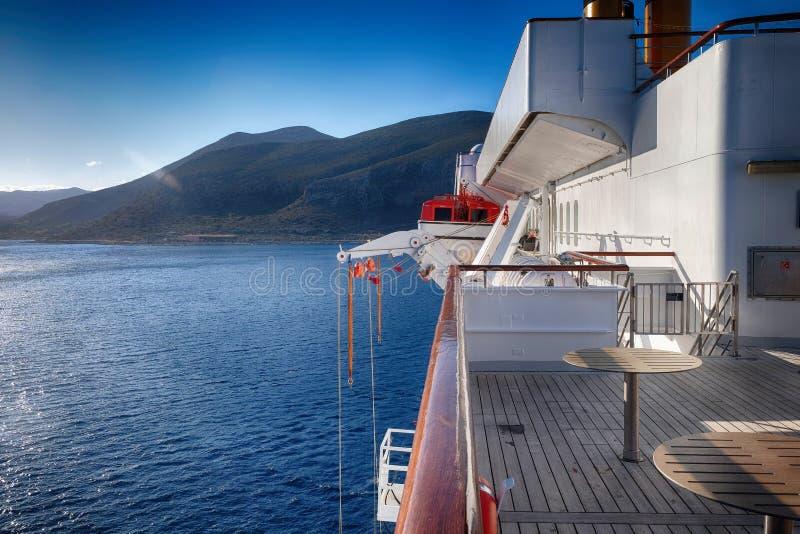 Туристическое судно и голубое небо стоковая фотография rf