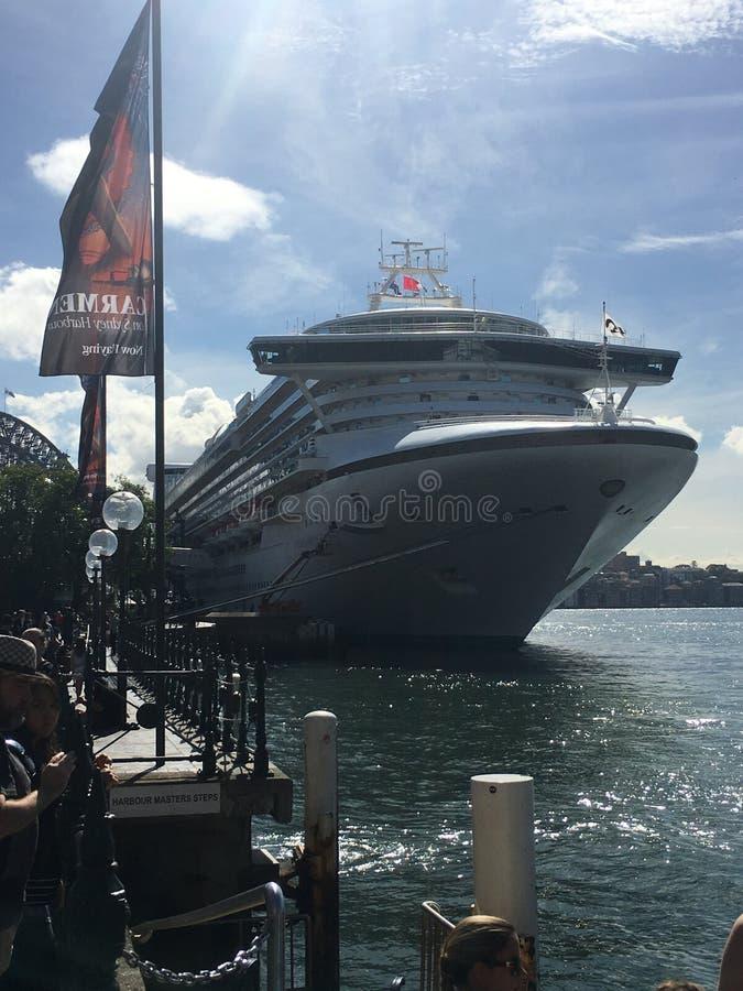 Туристическое судно на круговой набережной стоковые фото