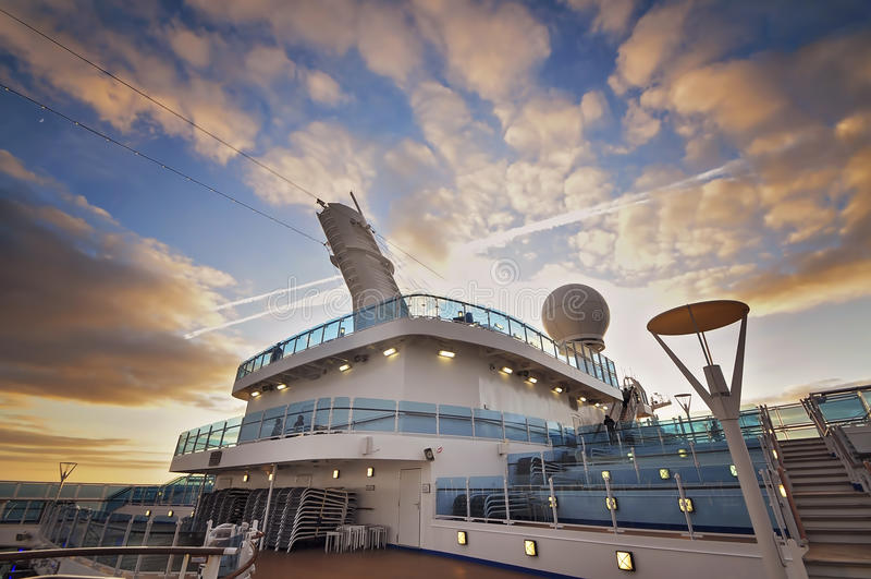 Туристическое судно на сумраке стоковые фотографии rf