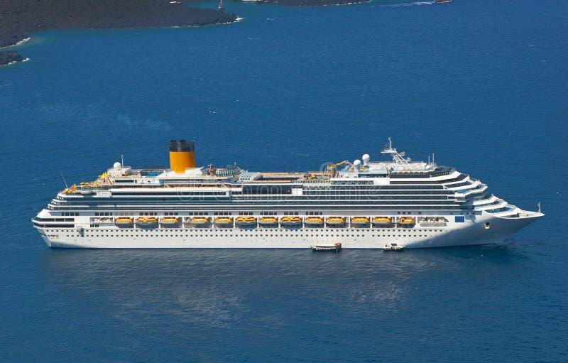 Туристическое судно около вулкана на острове Santorini стоковые фото