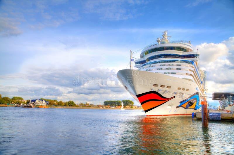 туристическое судно от AIDA лежит в warnemuende/Германии гавани стоковое изображение