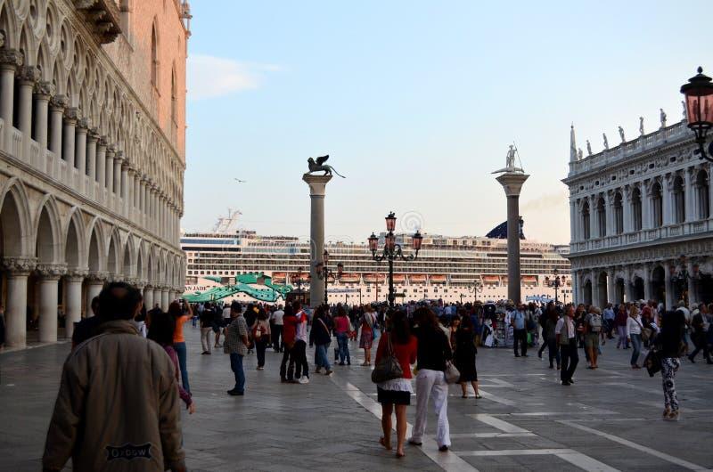 Туристическое судно проходит от грандиозного канала Венеции Италии стоковые фото