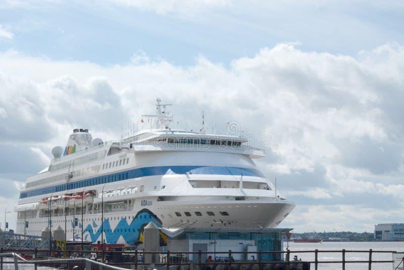 Туристическое судно Aida причаленное на доках Ливерпуля стоковое фото