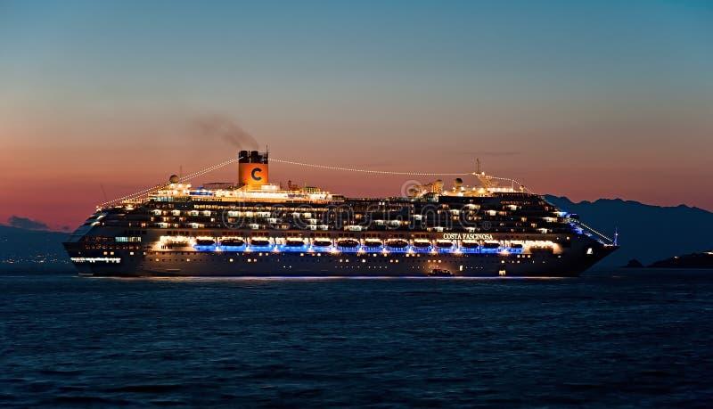 Туристическое судно Fascinosa Косты приезжает на ночу на Mykonos, Грецию стоковые фотографии rf