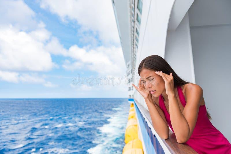 Туристка, страдающая сезонным заболеванием в круизном море, в отпуске на лодке с головной болью или тошнотой Вирус страха перед п стоковые изображения