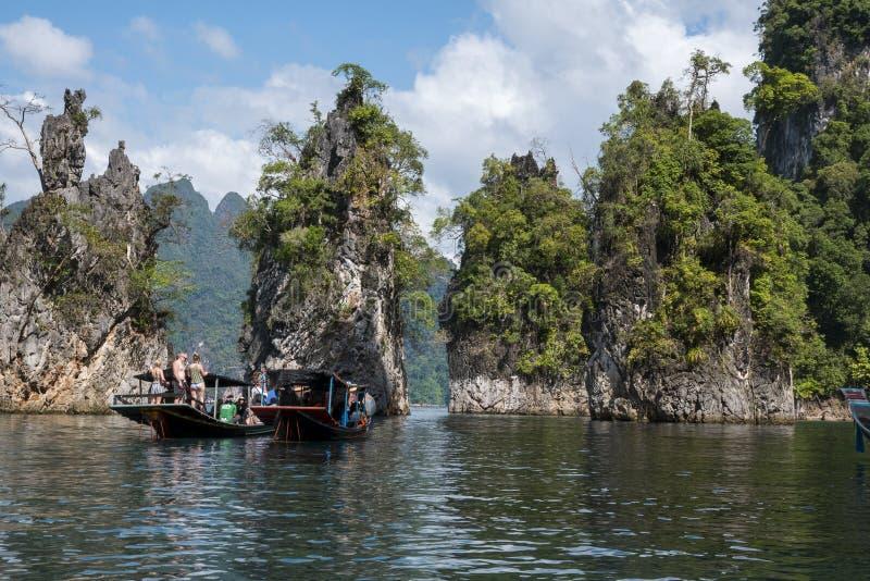 2018-02-01 туристов посещая tha озера sok khao национального парка стоковое изображение rf