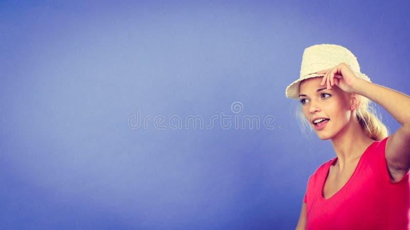 Туристская белокурая женщина фотографируя с телефоном стоковые изображения