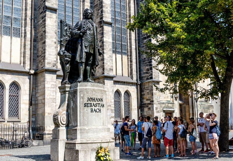 Туристская группа перед церковью St. Thomas в Лейпциге, Германии стоковая фотография rf