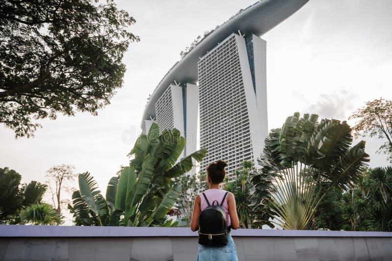 Туристская девушка впечатлена красивым видом современного города Городской пейзаж азиатской метрополии Современные здания и стоковые изображения rf