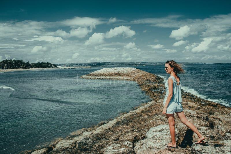Туристская женщина наслаждается каникулами на пляже Kuta Путешественник Бали Исследуйте красивый ландшафт Индонезии Люди путешест стоковое изображение