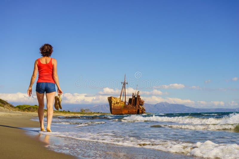 Туристская женщина на пляже наслаждаясь каникулами стоковые фотографии rf
