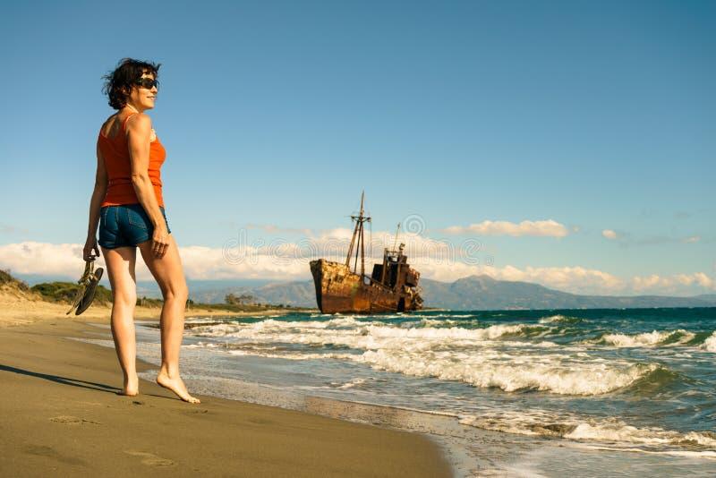 Туристская женщина на пляже наслаждаясь каникулами стоковое изображение