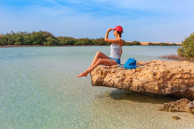 Туристская женщина на побережье Красного Моря и мангровы в национальном парке Ras Мухаммед r Sharm el стоковое фото