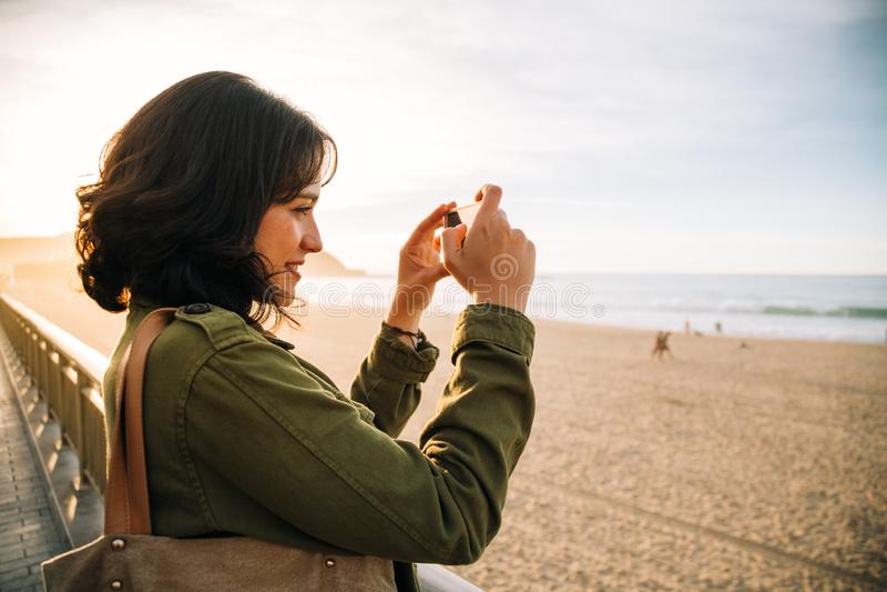 Туристская женщина фотографируя с ее умным телефоном стоковое изображение rf