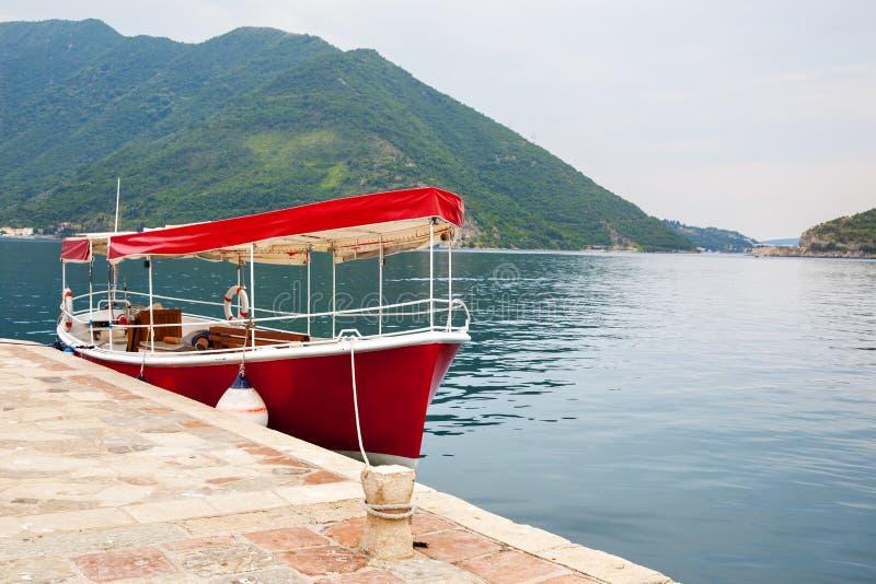 Туристская шлюпка в заливе Kotor стоковая фотография rf