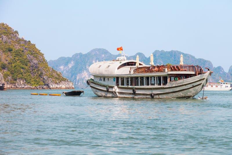 Туристская шлюпка курсируя в заливе Ha длинном стоковые фотографии rf