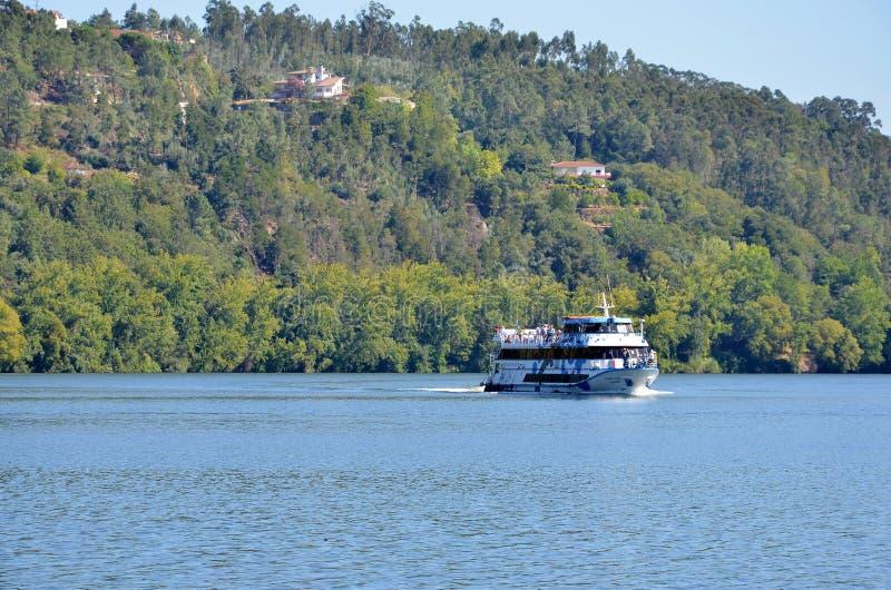 Туристская шлюпка на реке Дуэро стоковая фотография rf