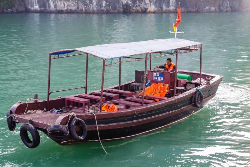 Туристская шлюпка курсируя на водах залива Ha длинного в Вьетнаме стоковое изображение