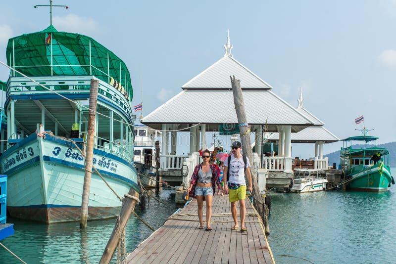 Туристская шлюпка на пристани в рыбацком поселке Bao челки (touristic на острове) стоковое фото