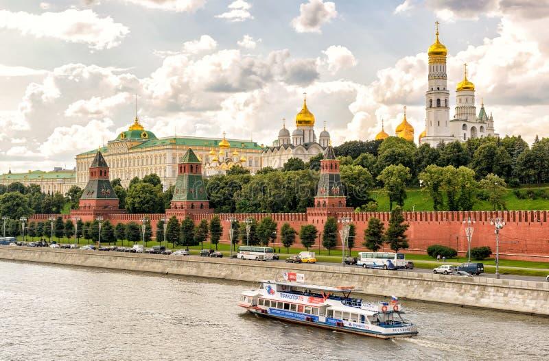 Туристская шлюпка плавает на реку Москвы около Москвы Кремля стоковые фото