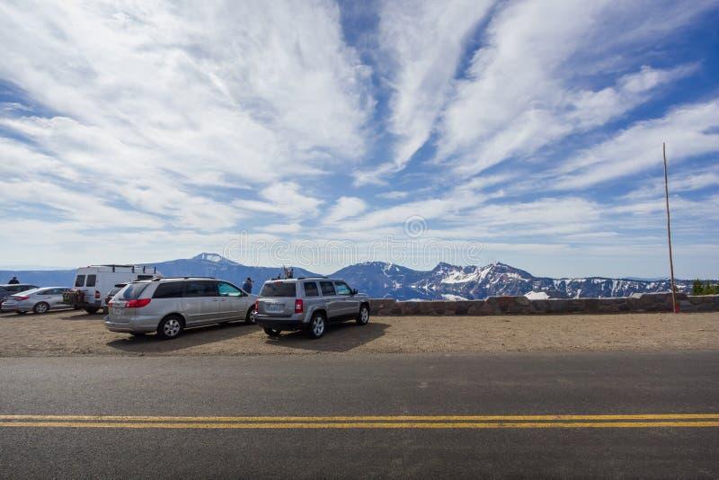 Туристские автомобили паркуя вдоль сценарной оправы шоссе управляют в озере кратер стоковые изображения