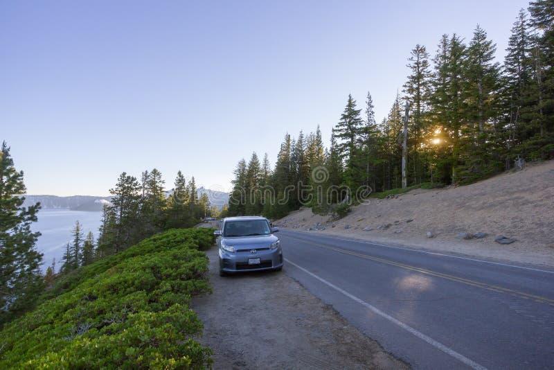 Туристские автомобили паркуя вдоль сценарной оправы шоссе управляют в озере кратер стоковое изображение rf