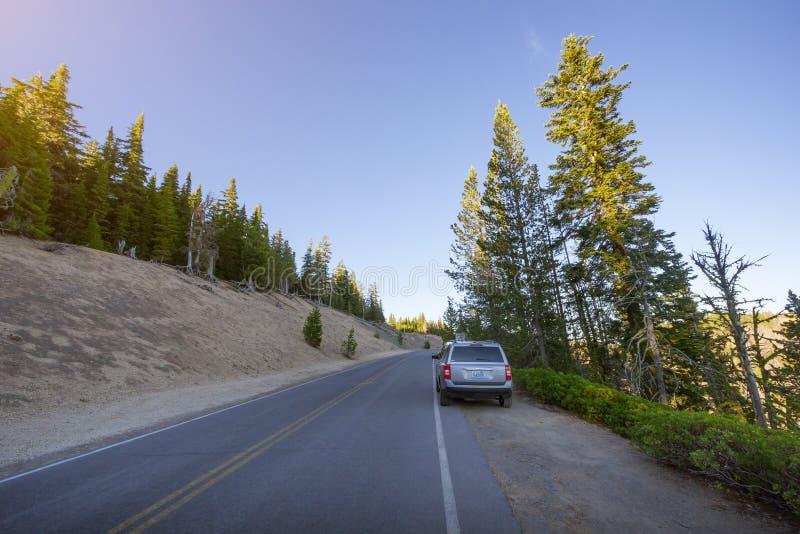 Туристские автомобили паркуя вдоль сценарной оправы шоссе управляют в озере кратер стоковые фото