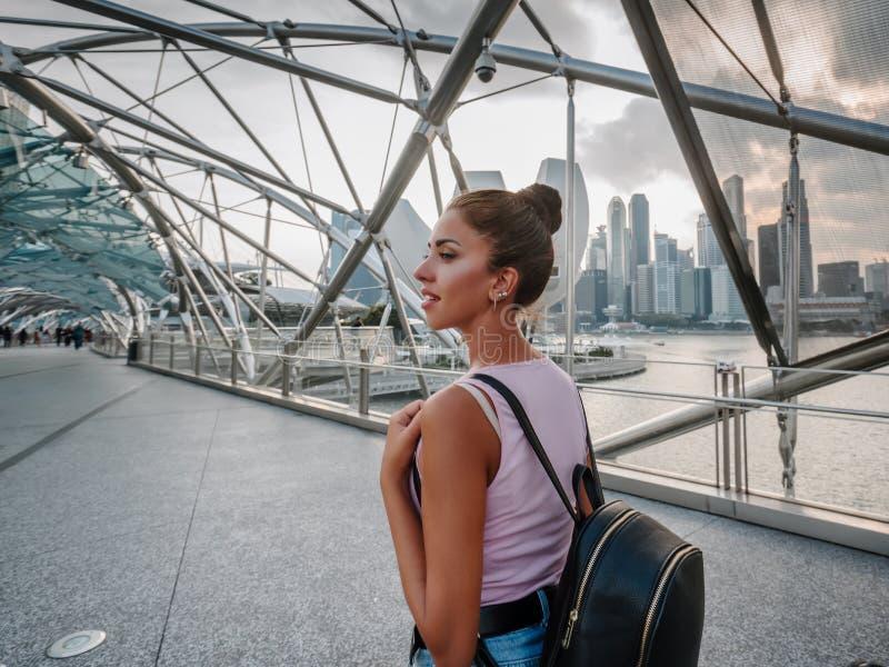 Туристские взгляды девушки на неимоверно красивом виде залива Сингапура Городской пейзаж азиатской метрополии Современные здания  стоковое фото rf