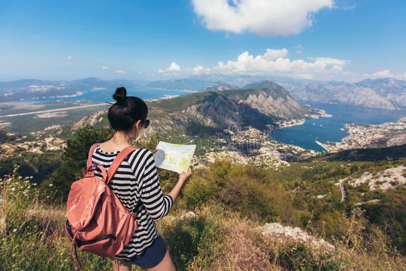 Туристские владение и взгляд составляют карту на отключении, приключении концепции образа жизни, стоковые изображения
