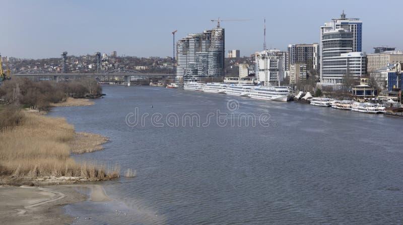 Туристские корабли в порте на Доне подготавливают для s стоковое фото rf
