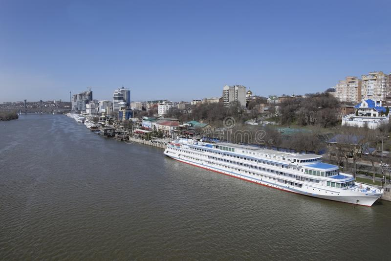 Туристские корабли в порте на Доне подготавливают для su стоковые изображения