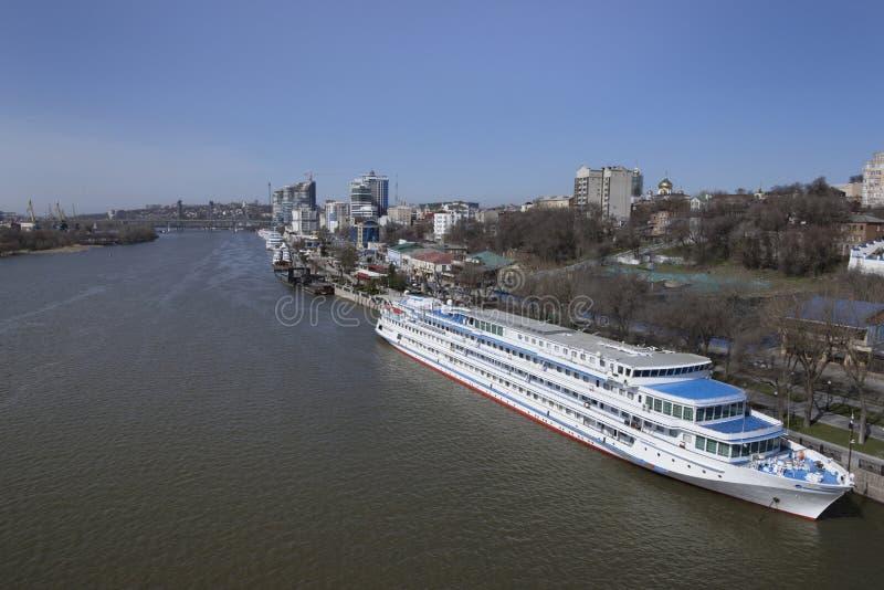 Туристские корабли в порте на Доне подготавливают для su стоковая фотография