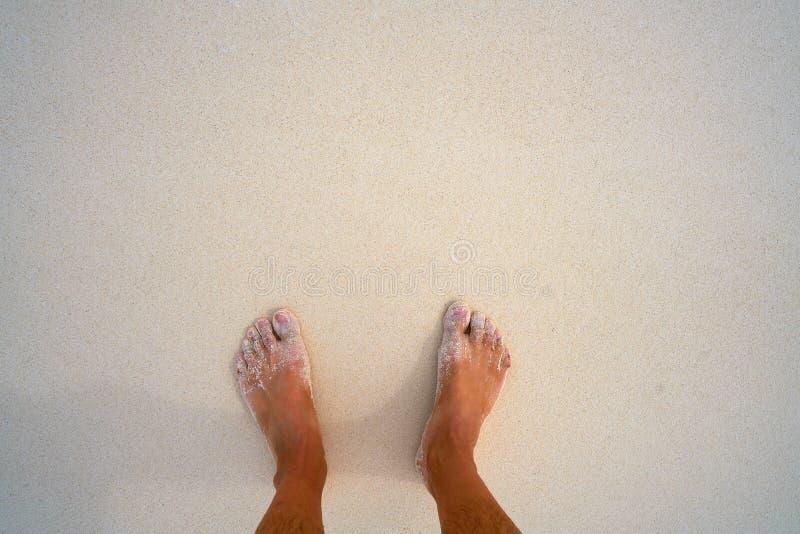 Туристские ноги в тропическом пляже с белым песком стоковое фото rf