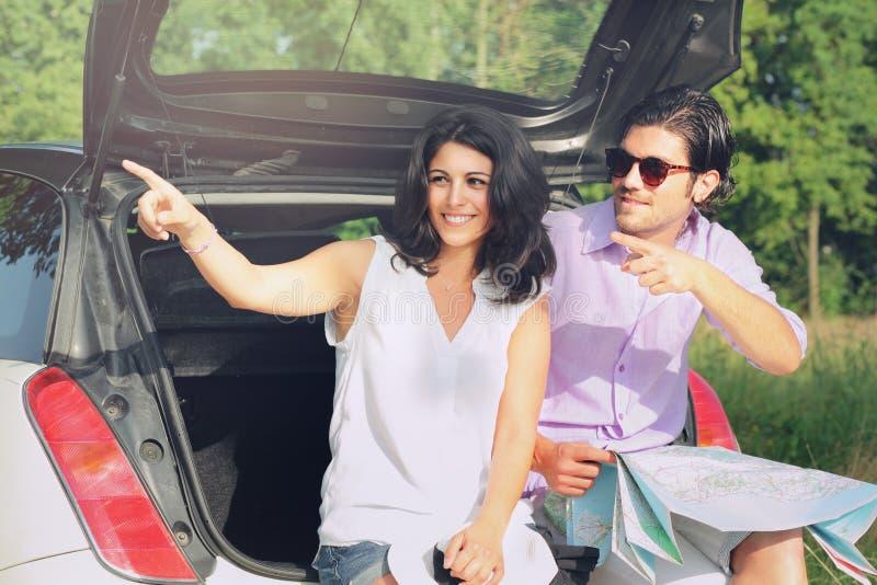 Туристские пары выбирая направление с картой стоковая фотография rf