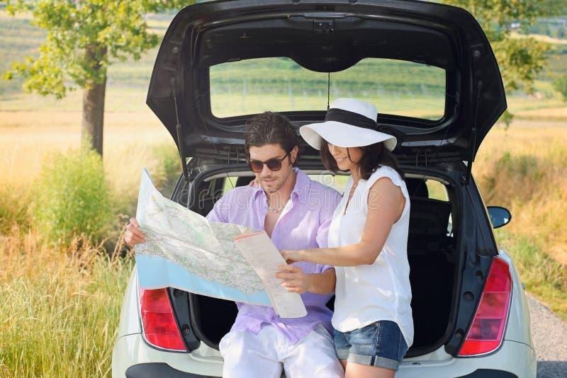 Туристские пары потерянные в сельской местности стоковые фотографии rf