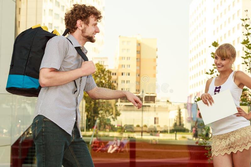 Туристские пары путешествуя совместно имеющ потеху стоковое изображение