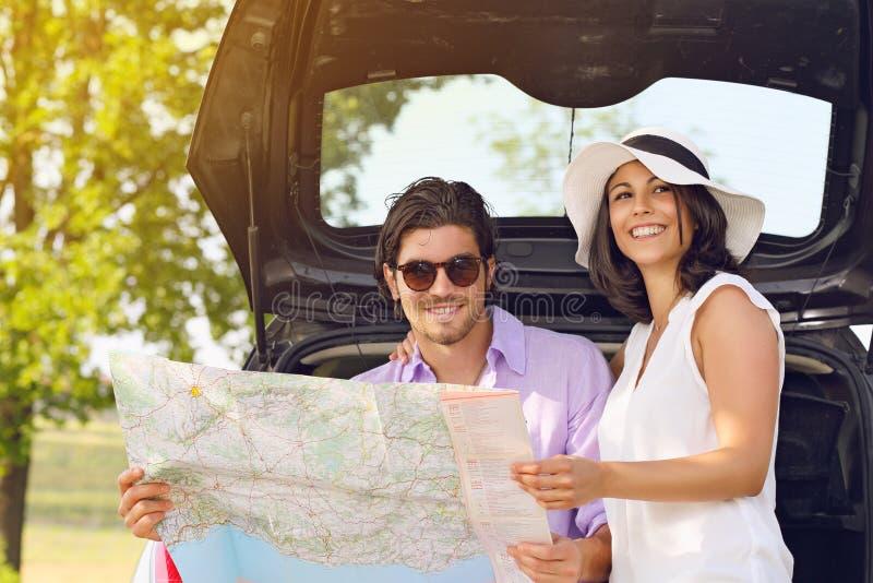 Туристские пары с дорожной картой стоковые изображения