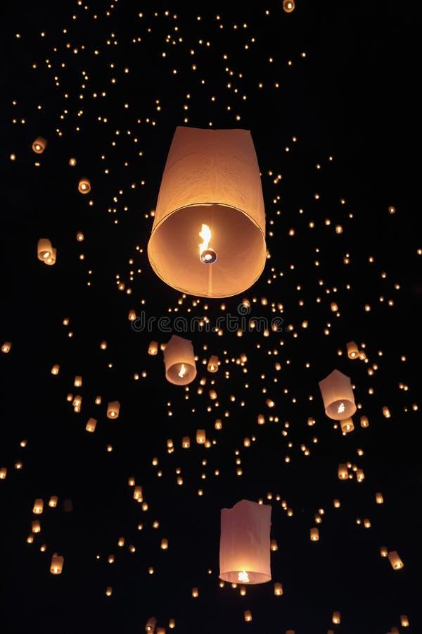 Туристские плавая фонарики неба в Чиангмае, Таиланде стоковая фотография