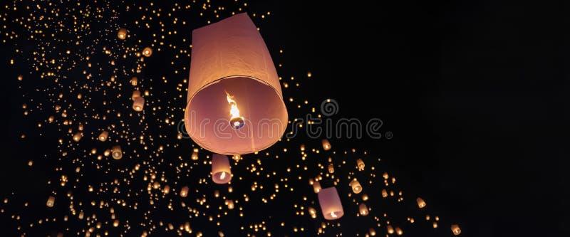 Туристские плавая фонарики неба в Чиангмае, Таиланде стоковое фото
