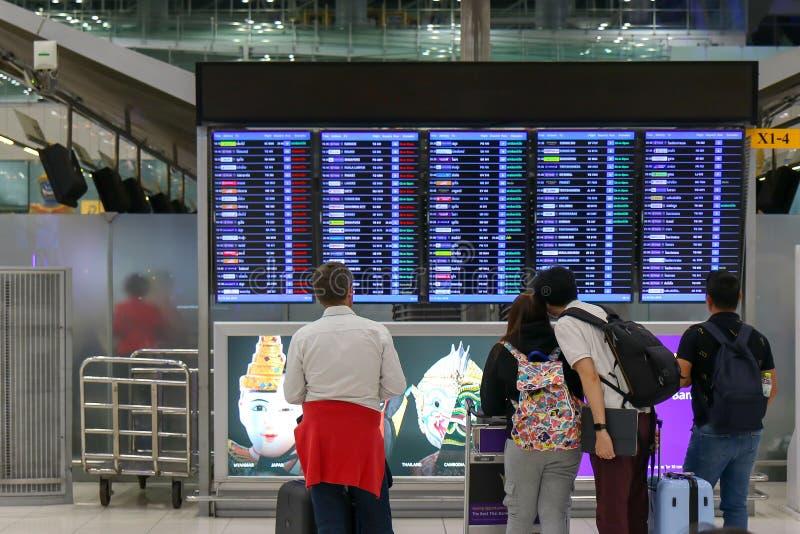 Туристские положение и расписание полетов путешественника в аэропорте стоковые фотографии rf