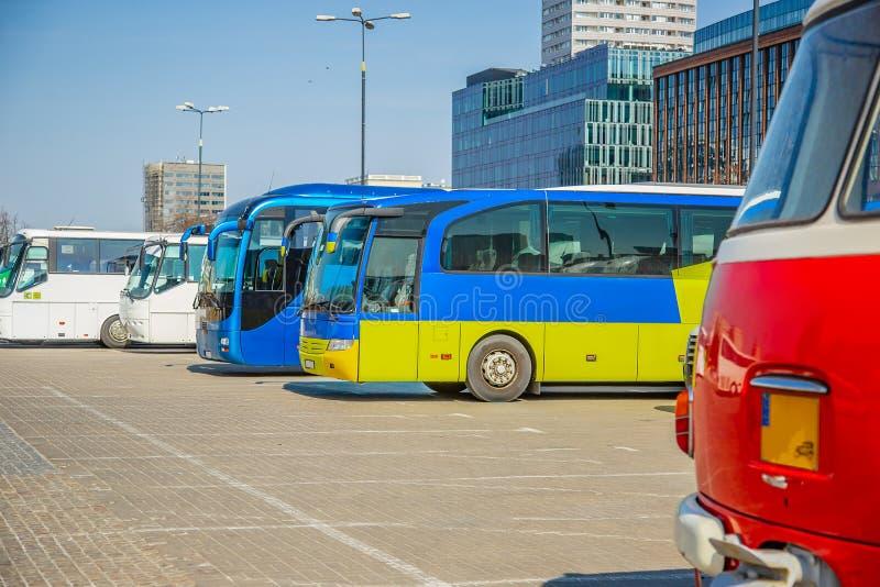 Туристские пустые автобусы в парковке станции стоковое изображение
