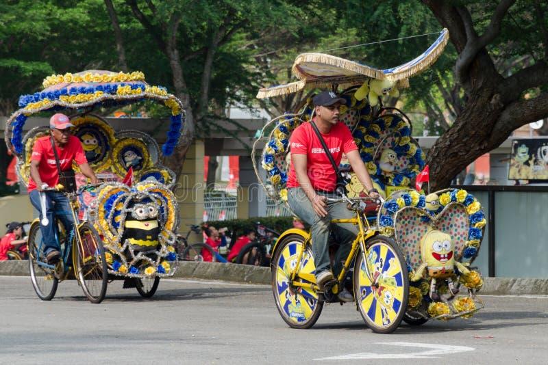 Туристские развлечения - trishaw на его подгонянном переходе трицикла, ярко украшенном с шаржем и цветками ` s детей стоковые изображения rf